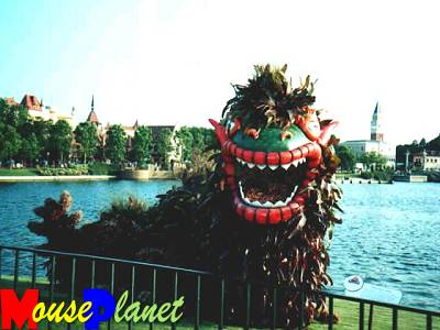 The Chinese dragon topiary, between the promenade and the lagoon.