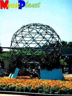 The Spaceship Earth topiary.