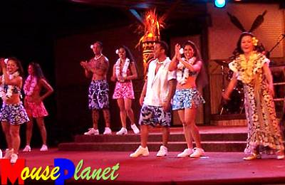Disney world 12 jours de rêves en image Spirit_of_aloha_cast_at_end_of_performance_fendrick